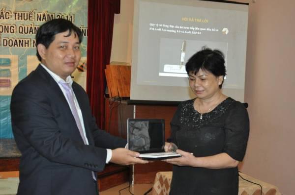 Ông Huỳnh Thanh Minh - Giám Đốc công ty Asoft trao phần thưởng cho khách hàng may mắn
