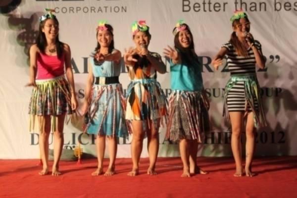 Tiết mục trình diễn của 5 cô gái chân dài