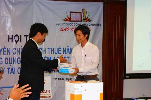 Ông Nguyễn Minh Việt - Chủ tịch HĐQT GreenSun Group trao quà cho khách mời may mắn